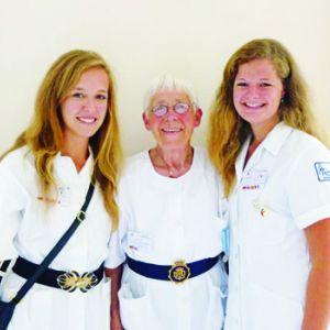 Junge Helferinnen mit älterer Frau